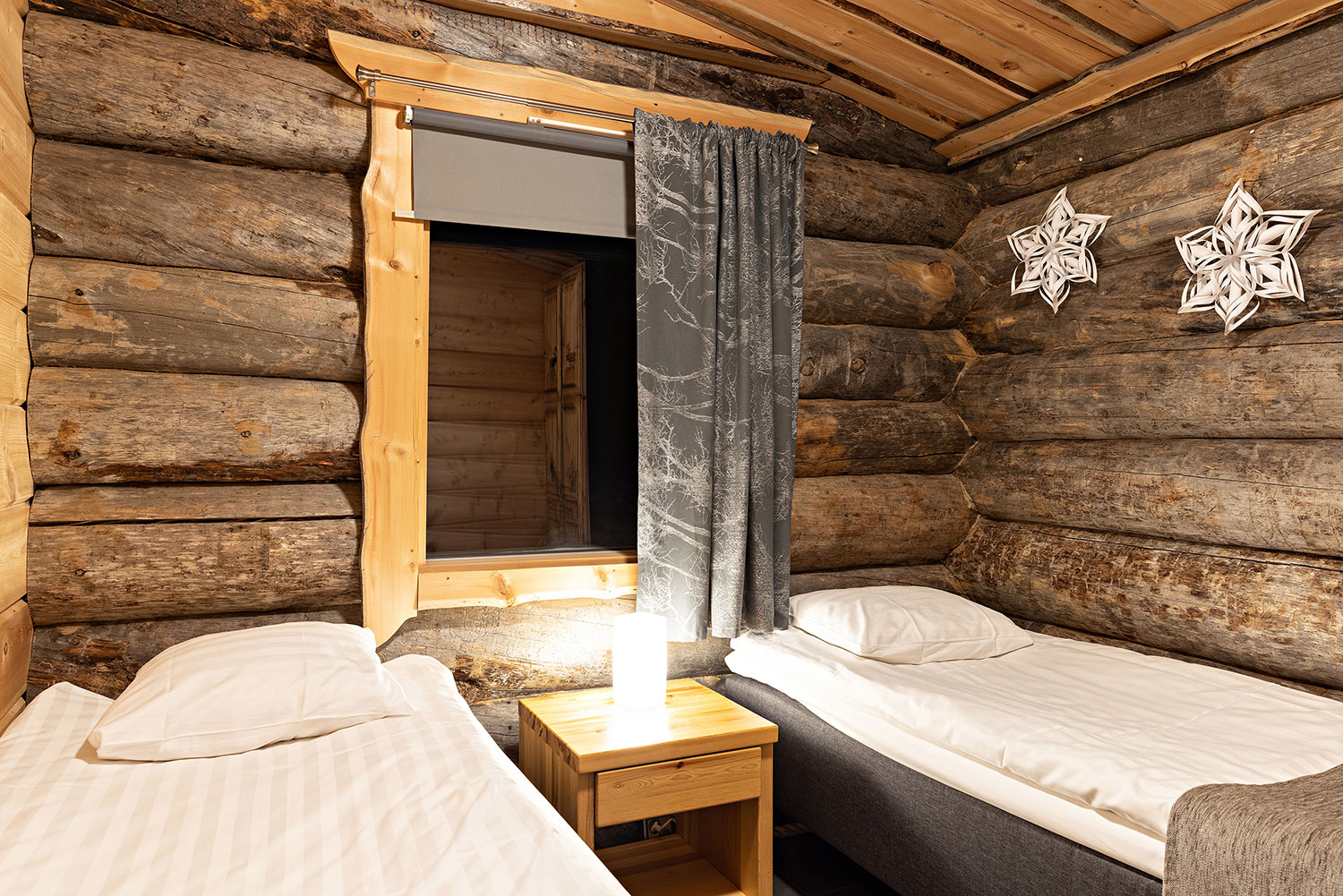 Three apartments and two cabins accommodate 20 persons altogether.